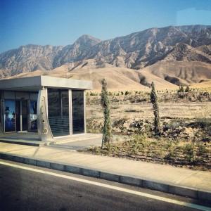 Türkmənistanda səhranın ortasında kondisionerli avtobus dayanacağı. Bu inkişafı necə görməmək olar? (Foto: Əli Novruzov)